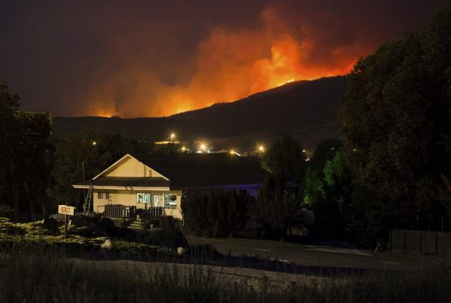 Un feu de forêt faisait rage aux petites... (La Presse canadienne, Darryl Dyck)