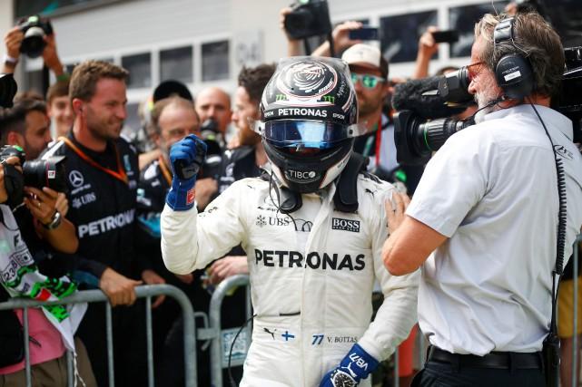 Le pilote Mercedes Valtteri Bottas célèbre sa victoire.... (Photo Dominic Ebenbichler, REUTERS)