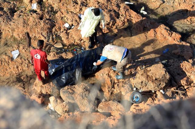 En plus des 19 corps retrouvés, les services... (Photo MAHMUD TURKIA, AFP)