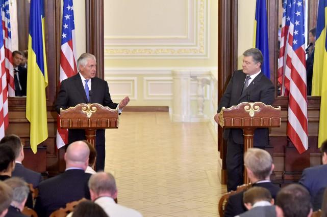 Le secrétaire d'État américain Rex Tillerson (à gauche)... (Photo Sergei SUPINSKY, AFP)