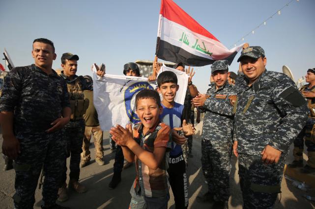 Sur le terrain, des membres des forces irakiennes... (AFP, AHMAD AL-RUBAYE)