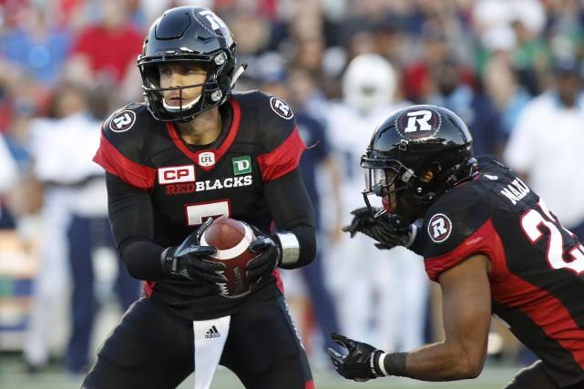 Le quart-arrière du Rouge et Noir d'Ottawa, Trevor... (La Presse Canadienne)