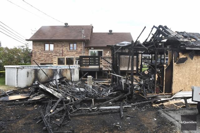Le feu aurait pris naissance dans l'une des... (Photo Le Quotidien, Michel Tremblay)