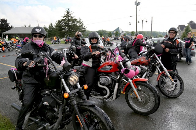 Près de 200 motocyclistes ont fait le parcours... (Julie Catudal)