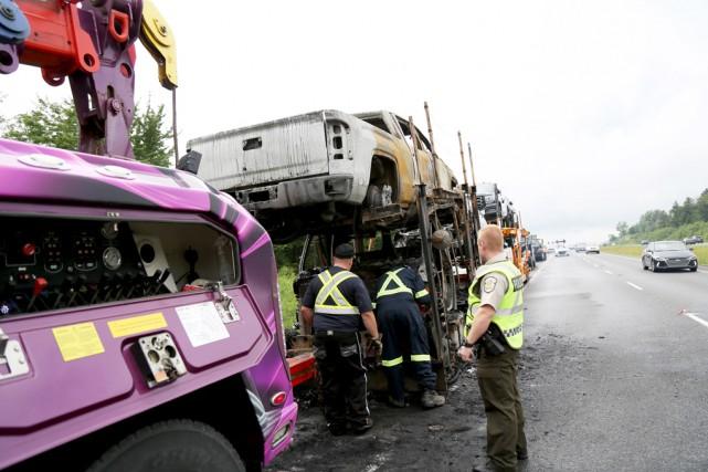 Un camion transportant des véhicules a pris feu... (Julie Catudal)