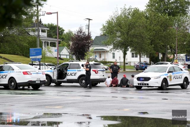 Six personnes ont été menottées samedi matin. Deux... (La Voix de l'Est)