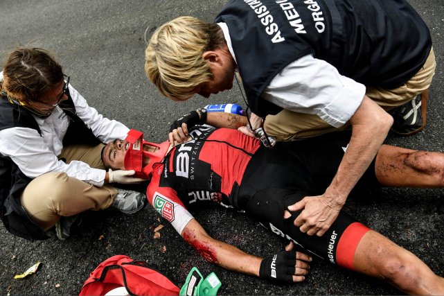 L'Australien Richie Porte a dû être évacué après... (AFP, Philippe Lopez)