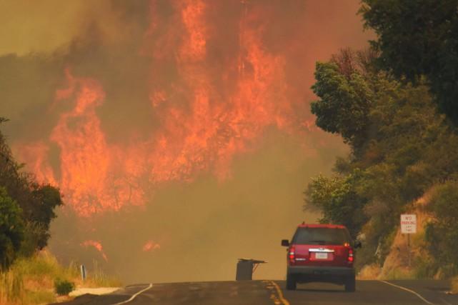 Un des incendies plus importants s'est déclaré près... (AP)
