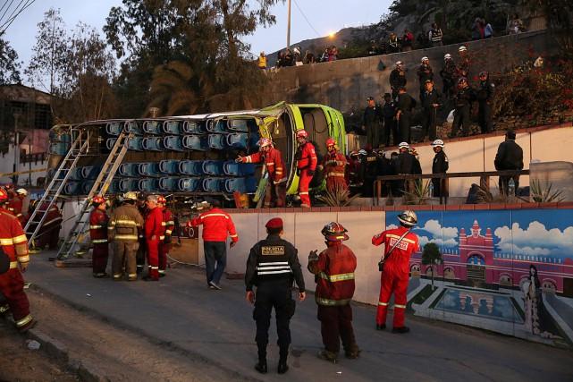 L'autocar à deux étages s'est renversé sur une... (Photo Oscar Farje, REUTERS/Agencia Andina)