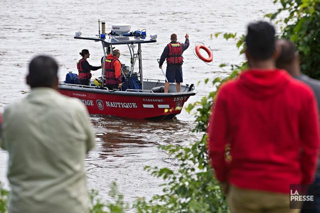Les pompiers de Montréal poursuivent les recherches pour... (PHOTO PATRICK SANFAÇON, LA PRESSE)