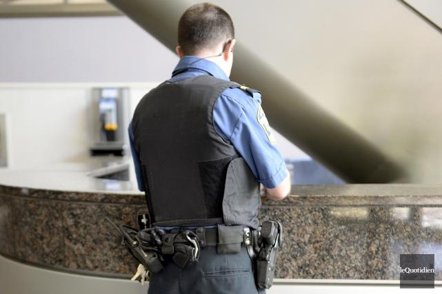 Agent de la paix au Palais de justice... (Photo Le Quotidien, Jeannot Lévesque)