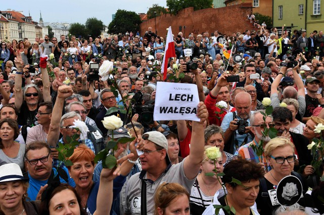 Les manifestants ont scandé «Lech Walesa, liberté, égalité,... (PHOTO AFP)
