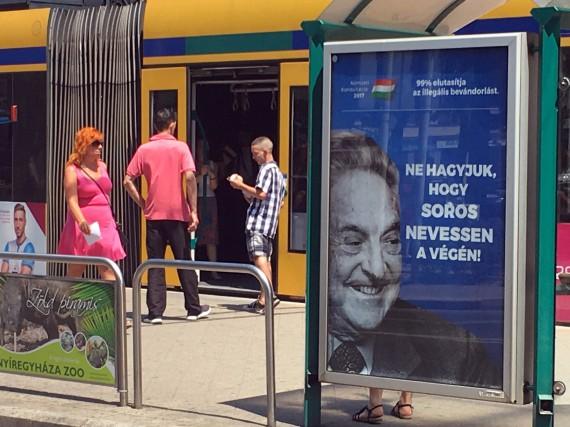 Une affiche publiée par le gouvernement hongrois, installée... (ARCHIVES REUTERS)