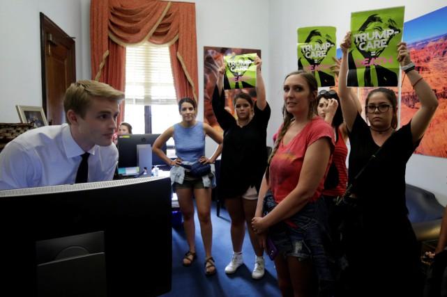 Des militants manifestent dans le bureau du sénateur... (PHOTO REUTERS)