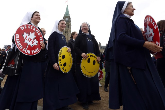 Des bonnes soeurs manifestent sur lacollinedu Parlement, à... (PHOTO PC)