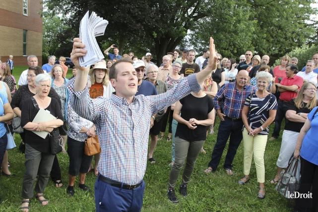 Le conseiller Mathieu Fleury dit avoir été inondé... (Martin Roy, Le Droit)
