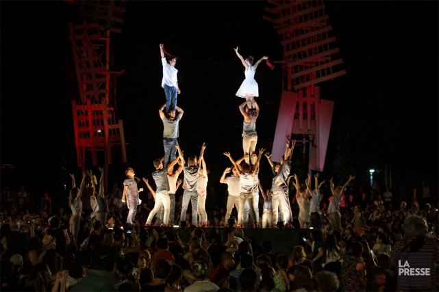 Une vingtaine d'acrobates occupent tout l'espace offert par... (PHOTO OLIVIER PONTBRIAND, LA PRESSE)