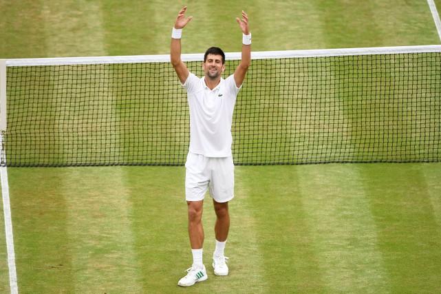 Novak Djokovic salue la foule après avoir accédé... (Photo Tony O'Brien, REUTERS)