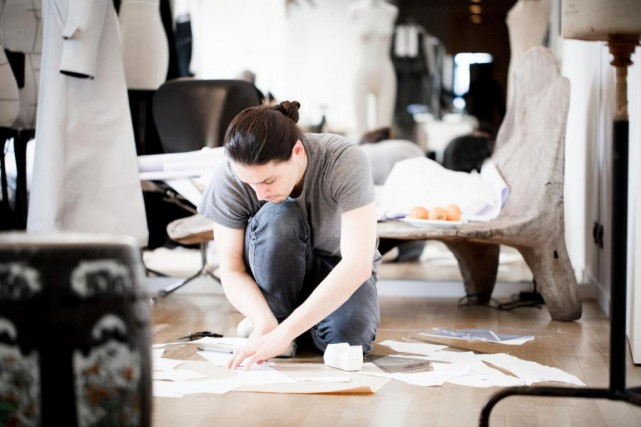 Olivier Theyskens dans son studio de création... (Photo Thomas Deschamps, fournie par le Festival Mode et design)