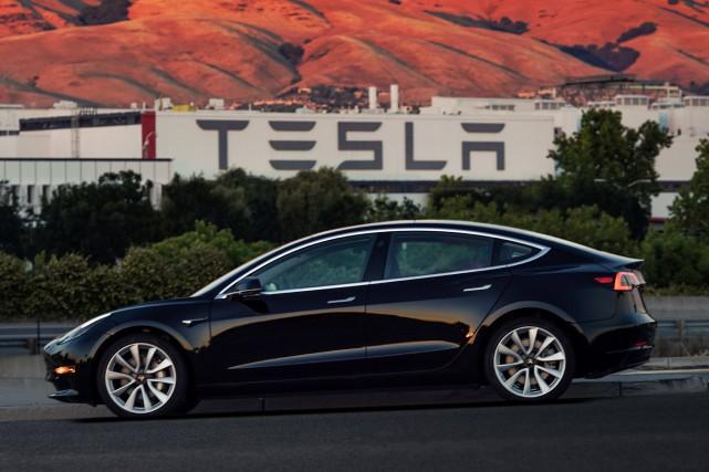 Cette voiture est le tout premier Modèle 3... (Photo : Tesla, via Reuters)