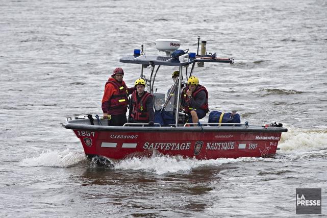 L'escouade nautique du SPVM tente de retrouver le... (Photo Patrick Sanfacon, La Presse)