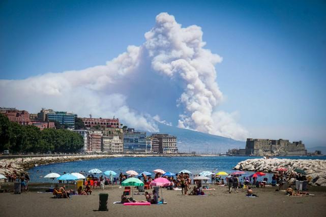 D'une plage de Naples, des gens regardent la... (AP)