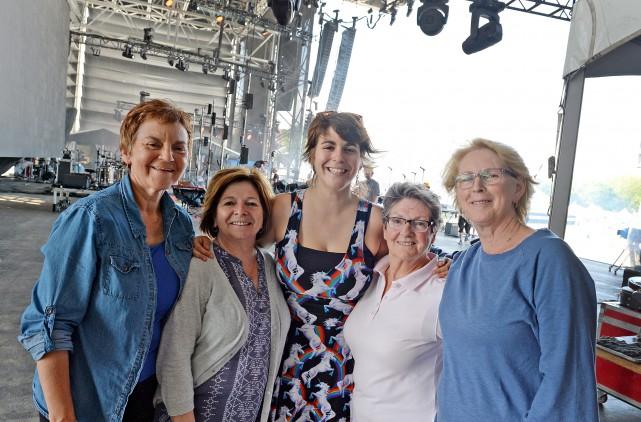 Lisa LeBlanc et quelques membres de sa famille.... (Le Soleil, Erick Labbé)