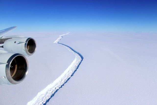 Vue aérienne de la gigantesque barrière de glace... (AFP, John SONNTAG)