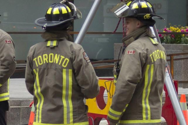 Un homme qui était tombé dans un espace très restreint entre deux édifices de... (Photo Graeme Roy, archives La Presse Canadienne)