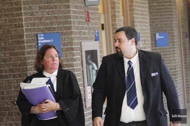 Philippe Benoit-Lessard et son avocate Me Stéphanie Côté.... (La Tribune, René-Charles Quirion)