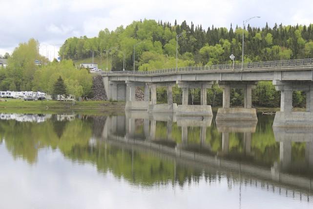 Le pont de la route 132 enjambant la... (Photo collaboration spéciale Gilles Gagné)