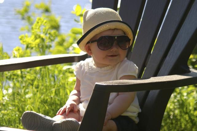 La petite Charlie Bronsard profite du beau temps.... (Audrey Tremblay)