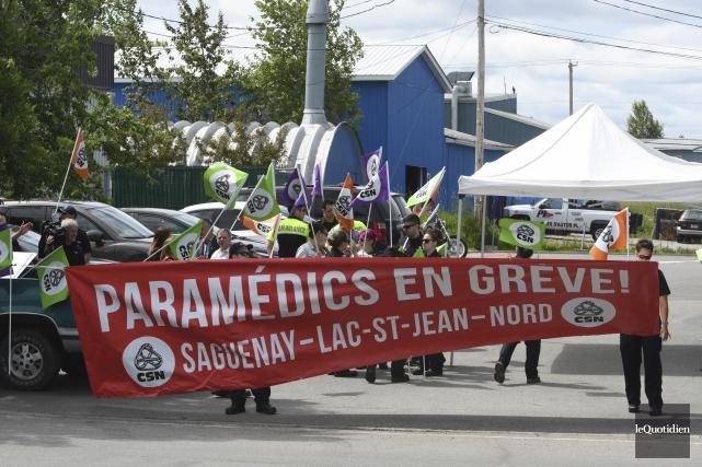 La caravane provinciale des paramédics en grève était... (Photo Le Quotidien, Michel Tremblay)