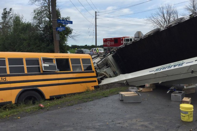 Une collision entre un autobus scolaire et une grue a fait un blessé grave... (Courtoisie, Service des paramédics d'Ottawa)