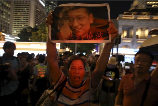 Un homme réclame la libération du dissident chinois... (AP, Ng Han Guan)