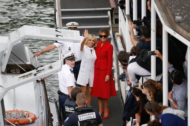 Brigitte Macron etMelania Trump saluent la foule et... (PHOTO AFP)