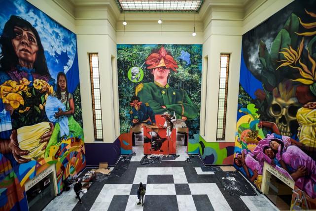 Trois peintures géantes de 13 mètres sur 10,... (PHOTO AFP)