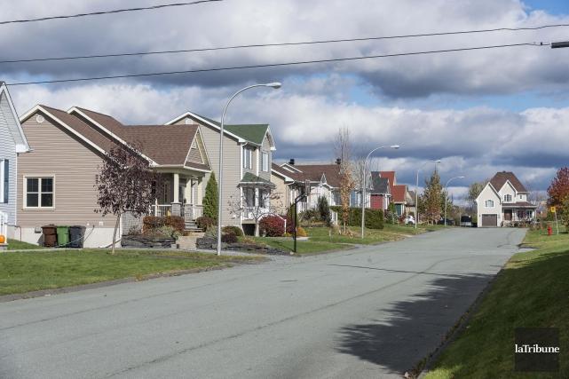 Le prix des maisons est en forte hausse... (Archives, La Tribune, Frédéric Côté)