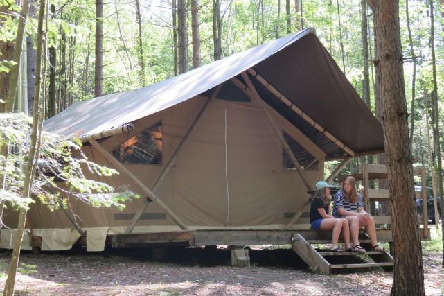 On l'appelle tente trappeur, mais cet hébergement d'Huttopia... (La Tribune, Isabelle Pion)