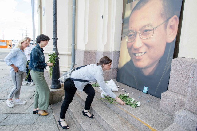 Des gens rendent hommage à Liu Xiaobo à... (PHOTO Audun BRAASTAD, AFP)