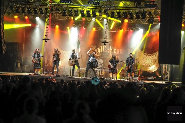 Même si le groupe est arrivé sur scène... (Photo Le Quotidien, Gimmy Desbiens)
