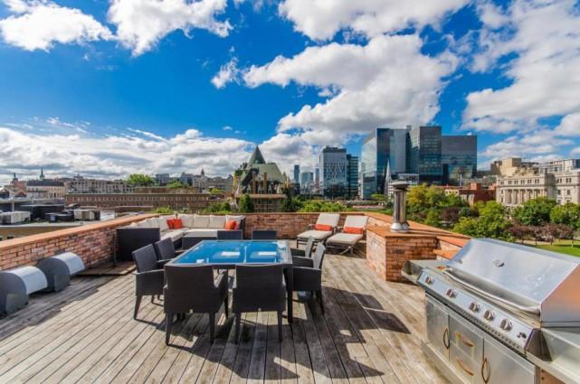 La terrasse domine la ville sans pour autant... (Photo fournie par Sotheby's International Realty Québec)