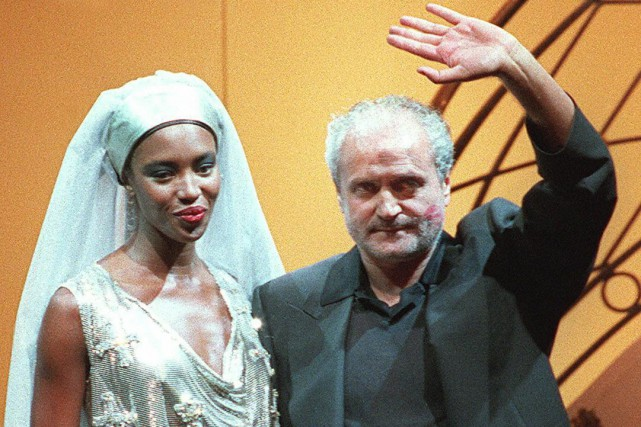 Gianni Versace en compagnie de la mannequin Naomi... (PHOTO ARCHIVES AFP)