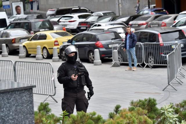 Les enquêteurs ont notamment mené des raids dans... (PHOTO Sergei SUPINSKY, AFP)