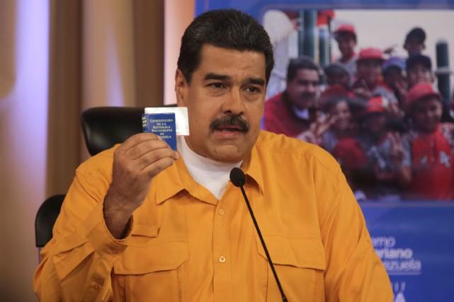 Le président du Venezuela Nicolas Maduro tient une... (REUTERS)