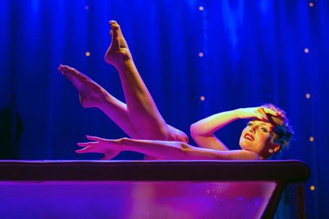 Le strip-tease inversé de Lili St-Cyr est repris... (PHOTO OLIVIER JEAN, LA PRESSE)