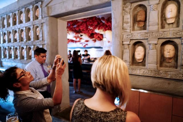 Sur les murs du pop-up bar, des visages... (Agence France-Presse)