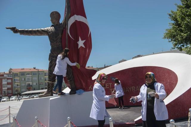 Les Turcs se préparaient, vendredi, à souligner le... (AFP, Yasin Akgul)