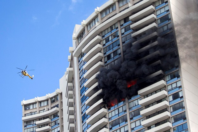 L'immeuble construit en 1971 n'était pas muni de... (PHOTO MARCO GARCIA, ASSOCIATED PRESS)