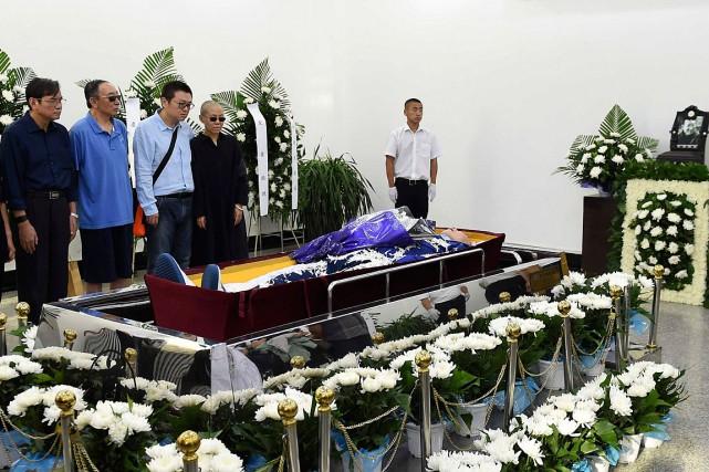 Des proches du dissident chinois Liu Xiaobo se... (PHOTO AP/FOURNIE PAR LE BUREAU D'INFORMATION DE SHENYANG)
